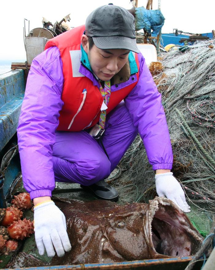 水揚された活鮟鱇を観察するいせ源7代目の立川博之さん