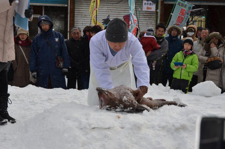 鮟鱇の雪中切実演(2016)